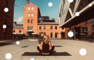 Poranna joga na placu Konesera
